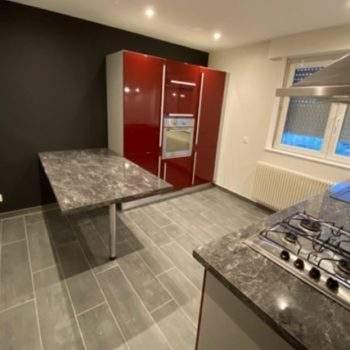 Rénovation intérieure d'une maison et aménagement d'un grenier en pièce à vivre